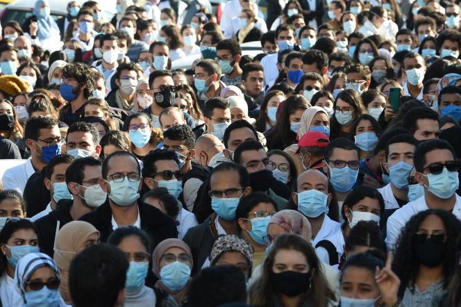 Manifestation à Tunis, le 4 décembre 2020, devant le ministère de la santé, après la mort accidentelle d'un jeune médecin de 26 ans, tombé dans une cage d'ascenseur de l'hôpital de Jendouba la veille.