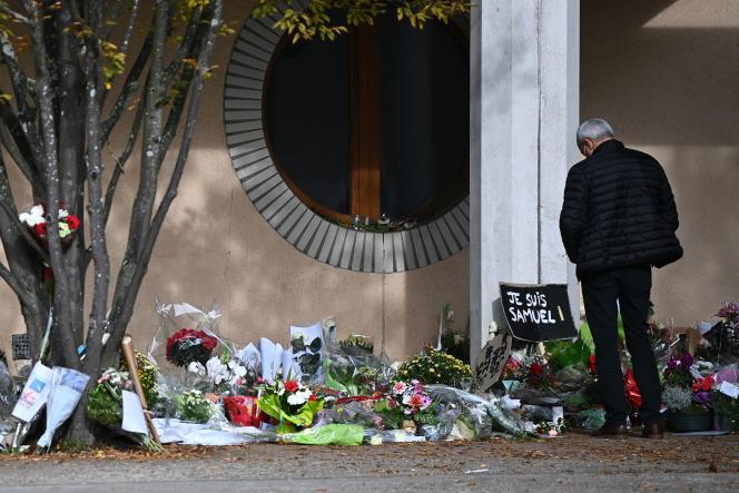 Des hommages déposés devant le collège du Bois d'Aulne, où Samuel Paty enseignait, le 19 octobre.