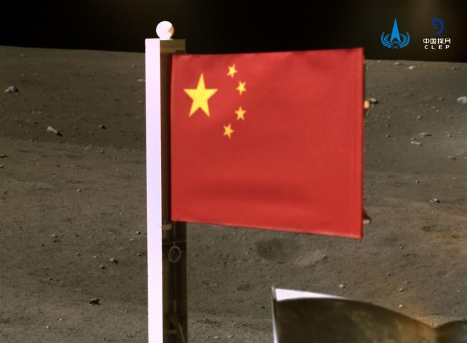 Image fournie par l'Administration spatiale nationale chinoise montrant le drapeau du pays déployé par Chang'e 5 sur la Lune, le 4décembre.