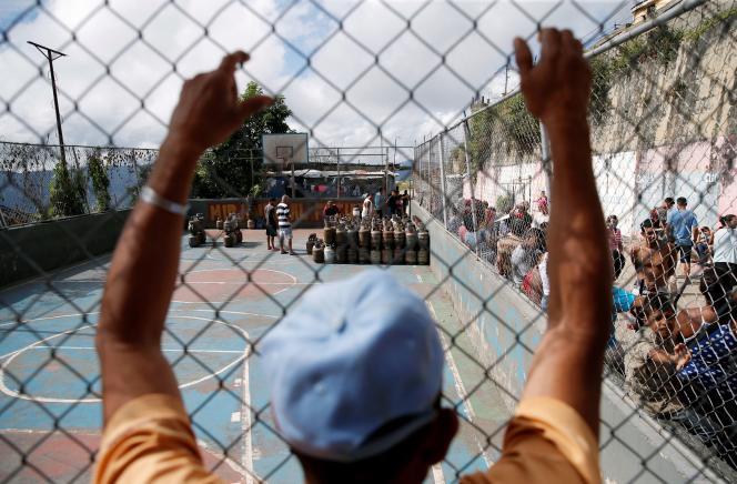 Des bidons d'essence placés sur un terrain de sport dans le quartier à faible revenu de Filas de Mariche, à Caracas, le 1er décembre.