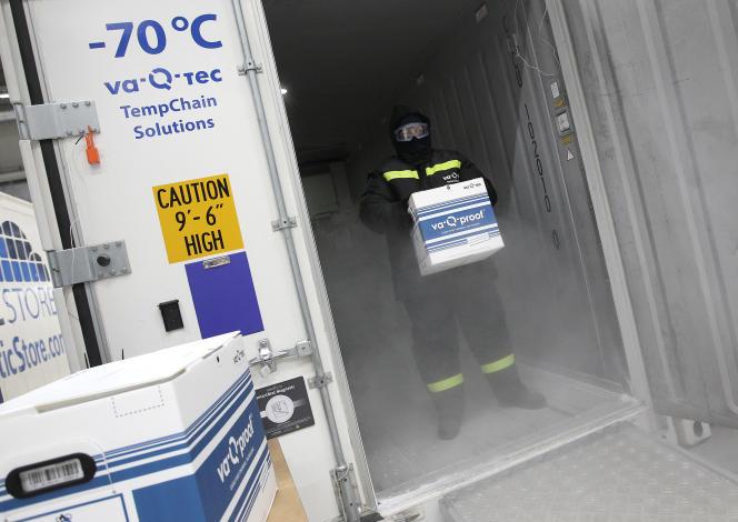 Un employé de l'entreprise allemande Va-Q-tec dans un conteneur réfrigéré qui servira au transfert de vaccins anti-Covid à travers le monde.