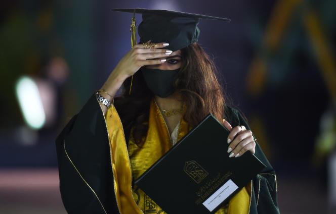 Une étudiante de la Bahrain Bayan School, une école mixte et bilingue arabe-anglais, recevant son diplôme, le 10 juin 2020. à Manama.