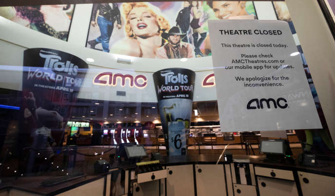 L'une des salles du circuit de cinémas AMC fermée à cause de la pandémie du Covid-19, à Burbank (Californie), en juin.