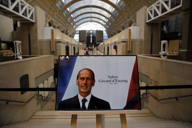 Le Musée d'Orsay à Paris, créé en1977 sur une initiative de l'ancien président, et fermé actuellement en raison de l'épidémie de Covid-19, sera exceptionnellement ouvert et un livre d'or sera mis à disposition. La famille du président se rendra au musée, ainsi que le premier ministre, Jean Castex, qui échangera avec elle.