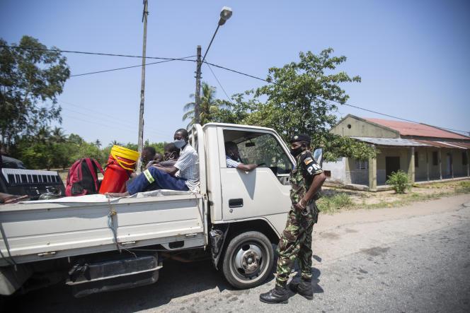 Contrôle d'identité par la police militaire à Quelimane, dans la province de Zambezia, dans le nord du Mozambique, le 19 novembre 2020.