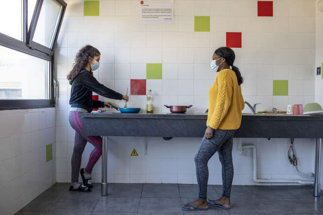 Myriam Moussa et Sakina Ado, dans une cuisine commune du campus universitaire de Luminy à Marseille, le 4 décembre.