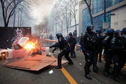 Policiers près d'une barricade en feu, le 5 décembre 2020 à Paris.