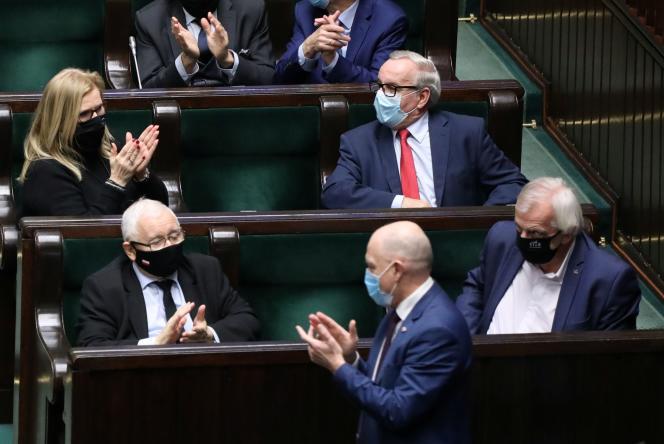 Le chef de la majorité nationale conservatrice du PiS (Droit et Justice) Jaroslaw Kaczynski (en bas à gauche), lors d'une session parlementaire à Varsovie, le 19 novembre.