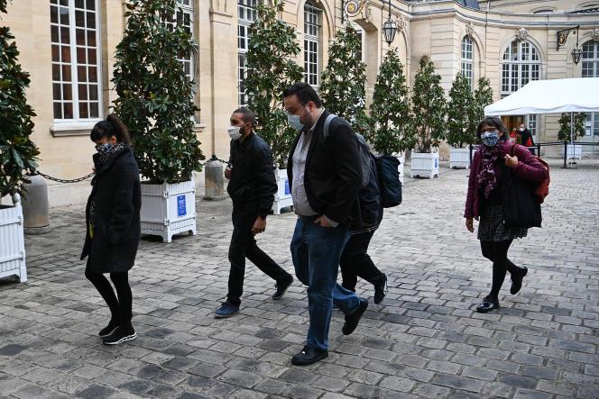 Des membres de l'association Les 150 avant une réunion à Matignon à Paris, le 30 septembre.