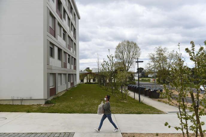 Une bénévole distribue de la nourriture aux étudiants confinés sur le campus de l'université de Bordeaux, le 1er avril.