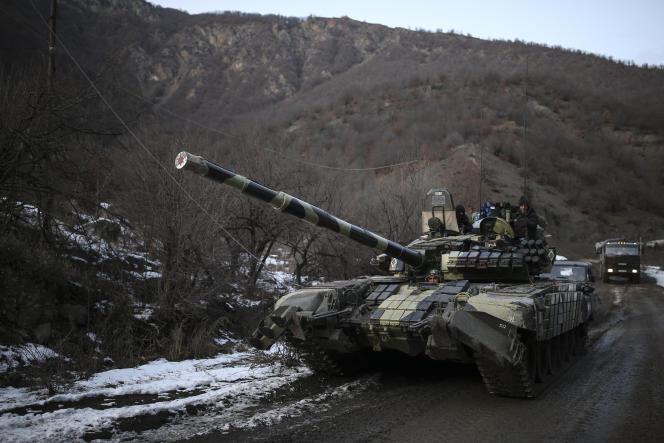 Un char azerbaïdjanais près de Kalbajar, le 2 décembre. L'armée azerbaïdjanaise a récupéré le contrôle de ce district, avoisinant le Haut-Karabakh,dans la nuit de mardi 24 à mercredi 25 novembre.