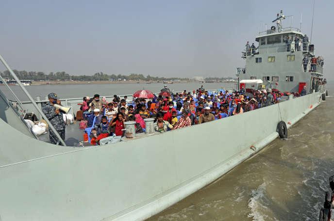 Des réfugiés rohingya sont transportés sur un navire de la marine bangladaise vers l'île de Bhashan Char, dans le golfe du Bengale, vendredi 4 décembre.