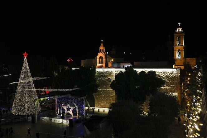 L'arbre de Noël à l'extérieur de la basilique de la Nativité, traditionnellement considérée par les chrétiens comme le lieu de naissance de Jésus-Christ, dans la ville de Bethléem, en Cisjordanie, le 5 décembre.