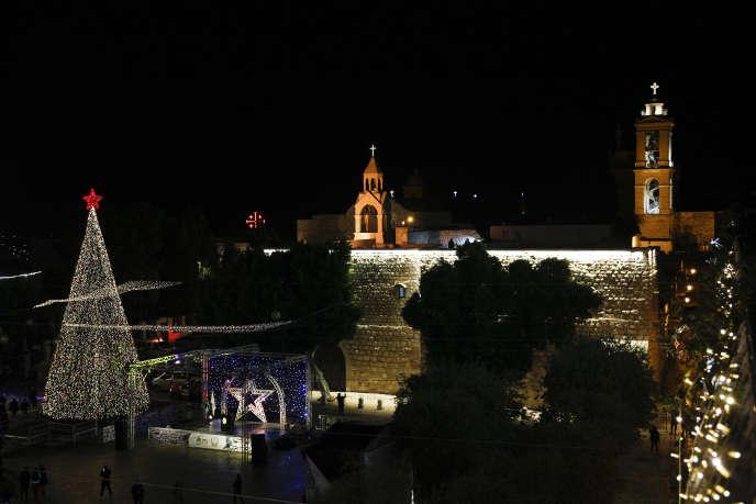 L'arbre de Noël à l'extérieur de la basilique de la Nativité, traditionnellement considéré par les chrétiens comme le lieu de naissance de Jésus-Christ, dans la ville de Bethléem, en Cisjordanie, le 5 décembre.