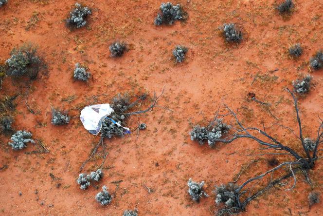 La capsule contenant les échantillons de l'astéroïde Ryugu, après son atterrissage dans le désert de Woomera, dans le sud de l'Australie, le 5 décembre 2020.