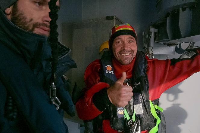 Sur cette photo diffusée par la marine nationale française le 6décembre, le skippeur français Kevin Escoffier est à bord du «Nivôse». Il a été secouru au large du cap de Bonne-Espérance.