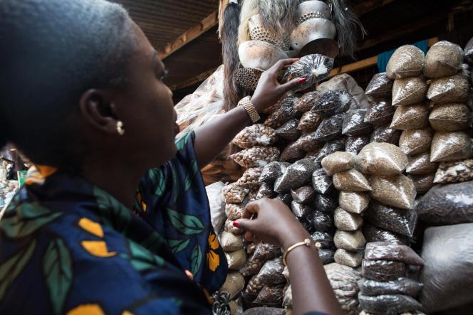 Achat d'épices au marché d'Accra, le 25 janvier 2017.