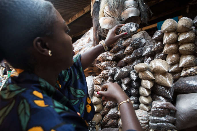 Purchase of spices in the Accra market.  The Ghanaian economy has experienced significant growth in recent years before the Covid-19 shutdown.  January 25, 2017 (Photo by Ruth McDowall / AFP)
