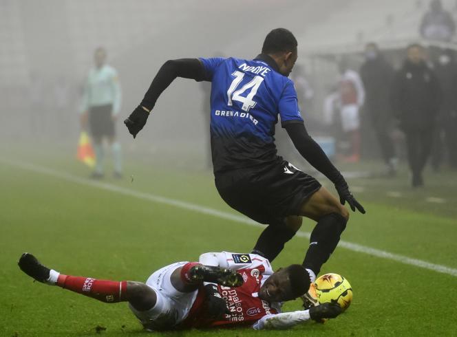 Le Rémois Moussa Doumbia intervient sur le Niçois Dan Ndoye.