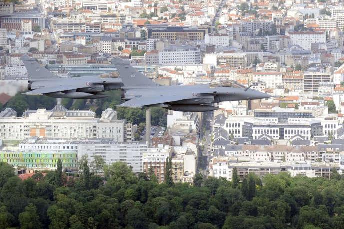 Des Rafales survolent Paris, le 6 juillet, quelques jours avant les cérémonies du 14-Juillet.