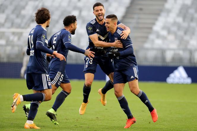 Hatem Ben Arfa (à droite) est félicité par ses coéquipiers après son but contre Brest.