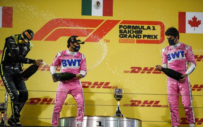 Esteban Ocon (Renault), Sergio Pérez (Racing Point) etLance Stroll (Racing Point)célèbrent leur podium après le Grand Prix de Sakhir, àBahreïn, le 6 décembre.