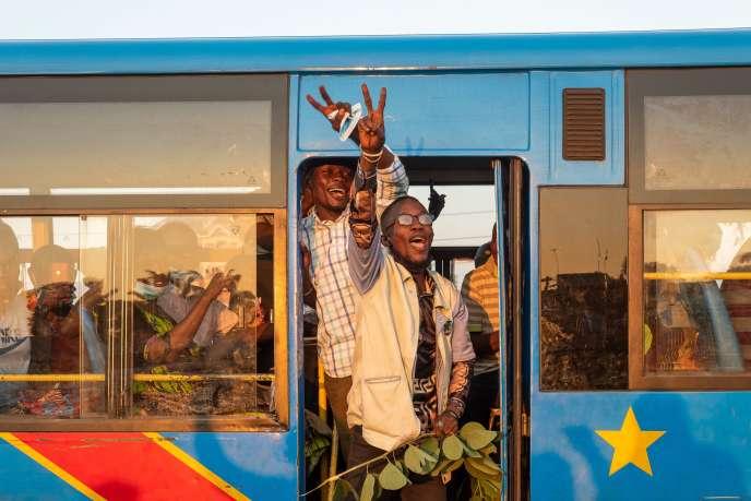 Des partisans de l'Union pour la démocratie et le progrès social (UDPS), le parti du président congolais Félix Tshisekedi, manifestent leur joie dans les rues de Kinshasa, le 6 décembre 2020.