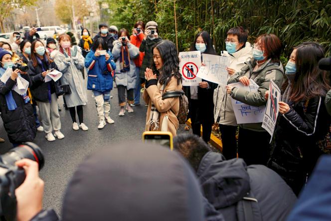Le 2décembre 2020 à Pékin, Zhou Xiaoxuan salue ses soutiens devant le tribunal à l'ouverturede son procès.