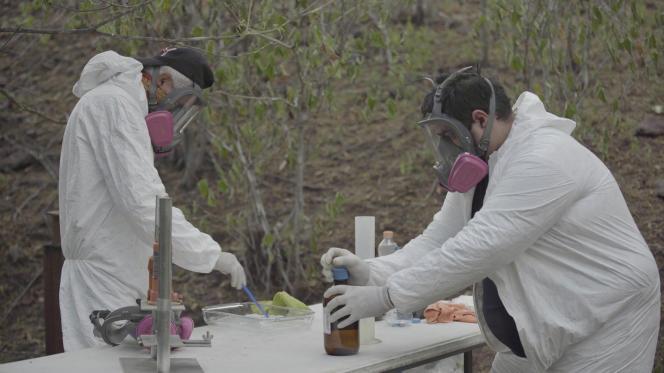 Un laboratoire artisanal clandestin de fentanyl appartenant au cartel de Sinaloa, dans les montagnes près de Culiacan (Sinaloa, Mexique). L'homme à droite est ingénieur biochimiste le jour. La nuit, il gère 10 laboratoires clandestins comme celui-ci. Au total, ils produisent 6000 comprimés par jour.