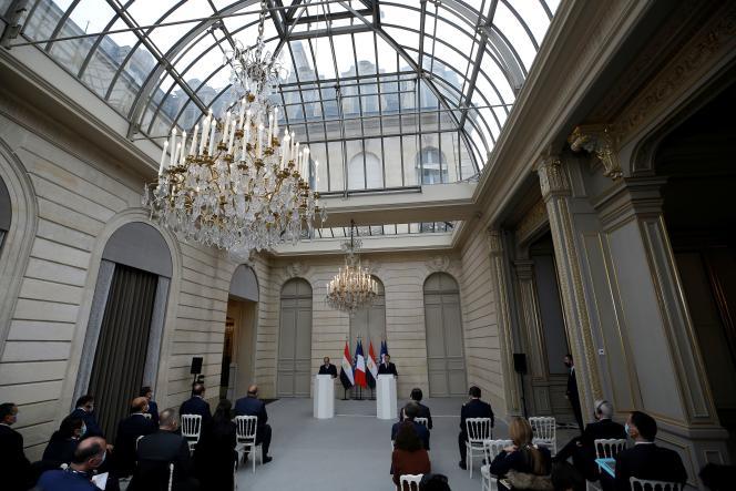 Le président français, Emmanuel Macron, et son homologue égyptien, Abdel Fattah Al-Sissi, lors d'uneconférence de presse au palais de l'Elysée, le 7 décembre.