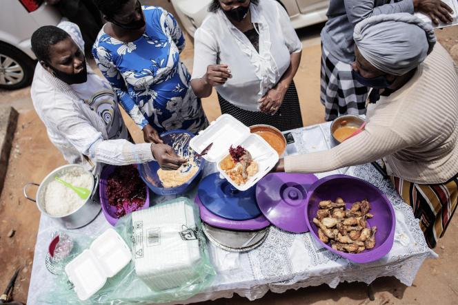 Distribution alimentaire à Thembisa (Afrique du Sud), le 6 décembre 2020.