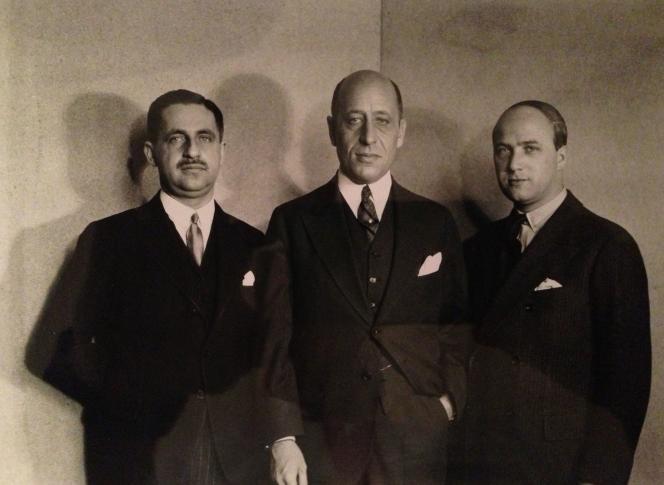 Sur cette photo non datée et non localisée fournie à l'Agence France-Presse le 4 décembre 2020, avec l'autorisation de Jed Leiber, Saemy Rosenberg (à droite) pose avec deux hommes non identifiés.