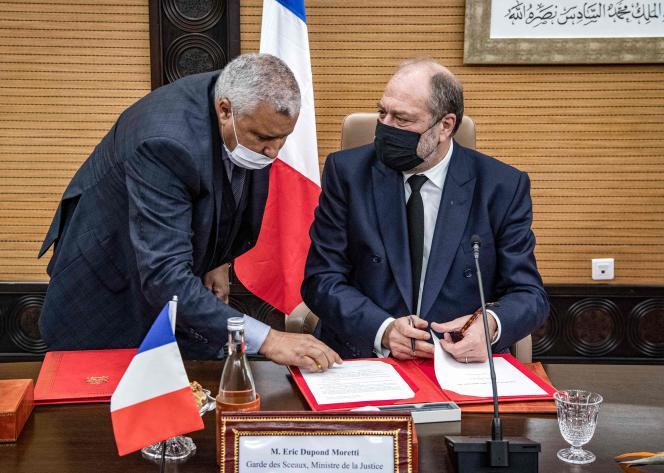 Le ministre de la justice français, Eric Dupond-Moretti (à droite), et son homologue marocain, Mohamed Ben Abdelkader, le 7 décembre à Rabat.
