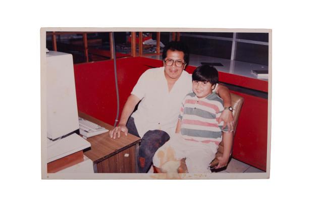 Milo et son fils dans les locaux de la rédaction du journal «Notiver», dans les années 1990.