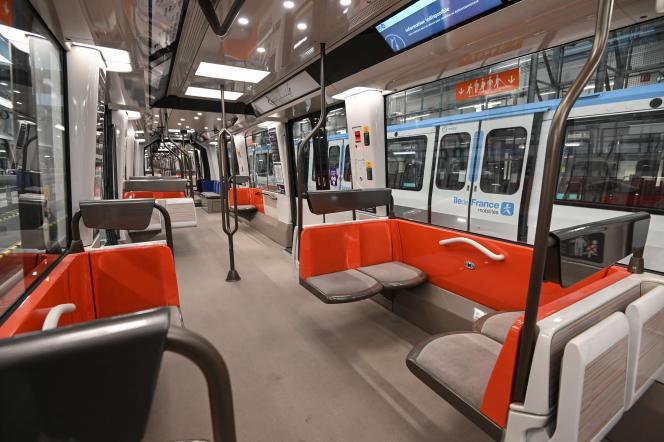 L'intérieur d'un train amené à circuler sur la ligne 14 entre les stations Gare-Saint-Lazare et Mairie-de-Saint-Ouen, le 4 décembre 2020.