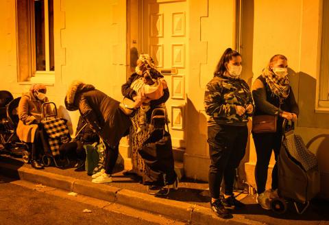 Distribution alimentaire par le secours populaire français dans la ville du Mans. A droite ; Léna ( 18 ans) aide soignante en apprentissage et Anaïs (21 ans) garantie jeune. Département de la Sarthe région Pays de la Loire. France.