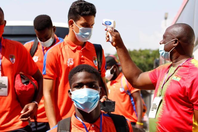 Prise de température des joueurs du FC Nouadhibou, à Accra.