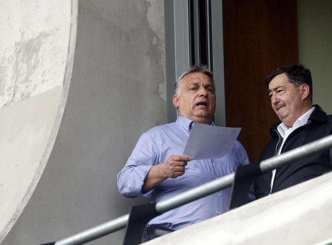 Viktor Orban (à gauche) avec l'homme d'affaires Lorinc Meszaros, lors d'un match de football dans sa ville natale de Felcsut, en Hongrie, en 2019.
