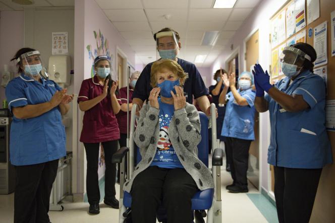 Margaret Keenan, la première patiente de Grande-Bretagne vaccinée contre le Covid-19, à l'hopital universitaire de Coventry, le 8 décembre.