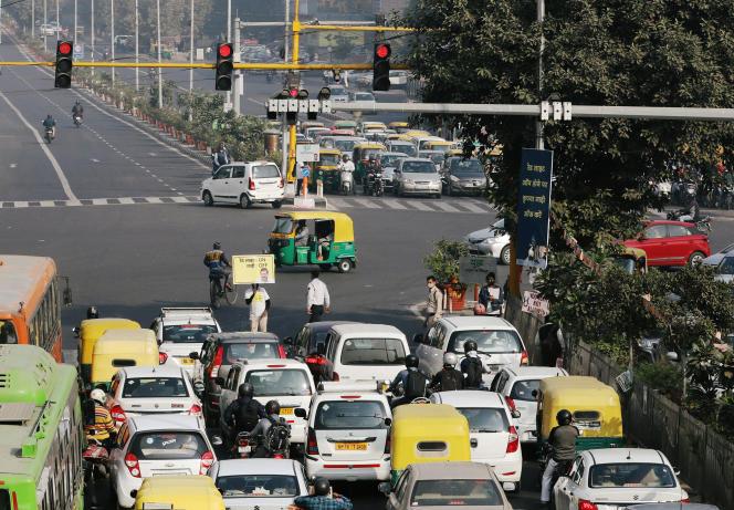 Les automobilistes sont encouragés à éteindre leurs moteurs par une campagne de sensibilisation à la pollution, à New Delhi, le 12 novembre.