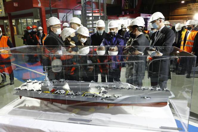 La maquette du futur porte-avions nucléaire français, présentée lors de la visite d'Emmanuel Macron à l'usine Framatome du Creusot (Saône-et-Loire), le 8 décembre.