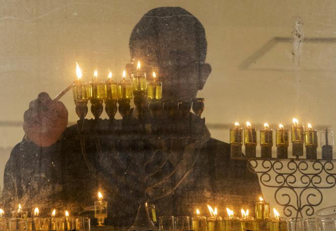 La tradition juive a favorisé l'interprétation des rabbins du Talmud : à travers le souvenir d'un miracle divin, la fête de Hanouka commémore une victoire spirituelle contre l'assimilation plutôt qu'une victoire militaire.