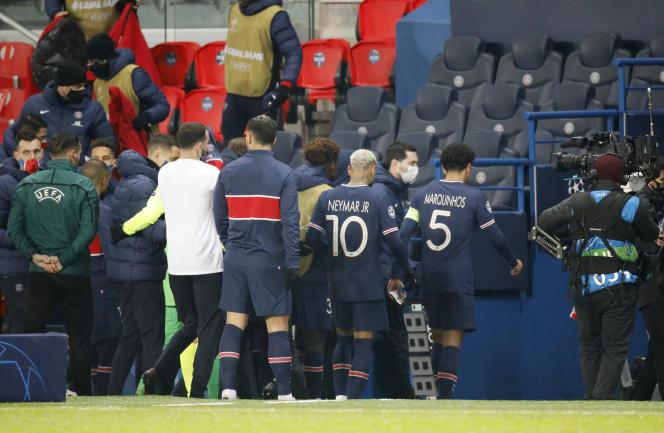 Au Parc des Princes, les joueurs du PSG et de Basaksehir ont quitté la pelouse pour ne pas la retrouver le 8 décembre.