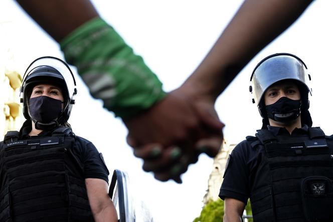 La police antiémeute sépare partisans et opposants à la légalisation de l'avortement, lors d'une manifestation devant le Congrès, à Buenos Aires, le 18 novembre 2020.