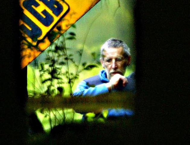 Michel Fourniret, lors de fouilles dans son ancien château du Sautou, à Donchery-sur-Meuse, dans les Ardennes, le 4 juillet 2004.