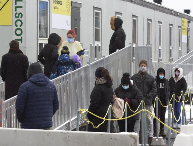 Devant un centre de dépistage à Montréal, le 9 décembre.