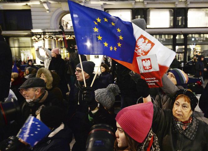 Des manifestants portent un drapeau de l'UE lors d'une manifestation anti-gouvernementale à Varsovie, en Pologne, en janvier. Certains Polonais craignent qu'un conflit prolongé avec l'UE sur le prochain budget et les valeurs ne les mette sur la voie d'un éventuel départ du bloc, ou « Polexit ».