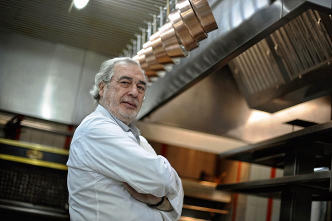 Marc Meneau, dans les cuisines de son restaurant L'Espérance, à Saint-Père, en novembre2011.