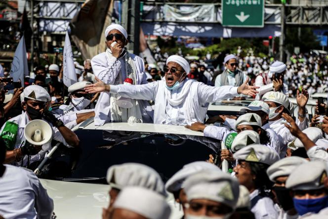 Rizik Shihab, pemimpin Front Perlindungan Islam (FPI), menyapa para pendukungnya saat membuka masjid di Bogor, Indonesia, pada 13 November.