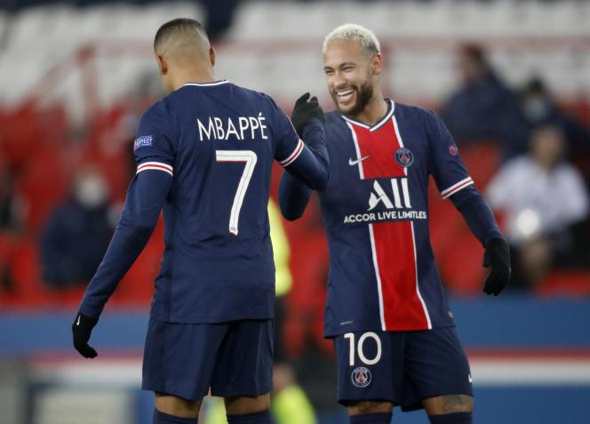 Kylian Mbappe en Neymar, sterren van de transferperiode van 2017 - hier in het Parc des Princes, in Parijs, op 9 december 2020.